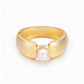 The new gold and silver bracelet is popular in Europe and America with a wide-sided simple and fashionable pearl bracelet.